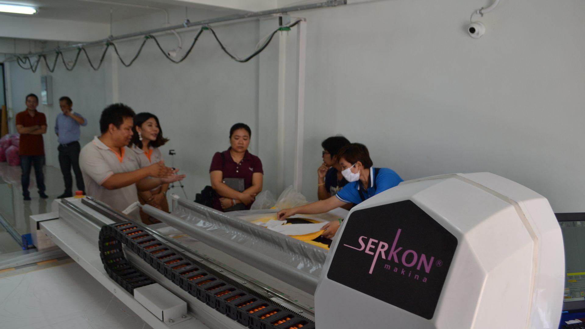 พาลูกค้าดูเครื่องตัดผ้าอัตโนมัติ