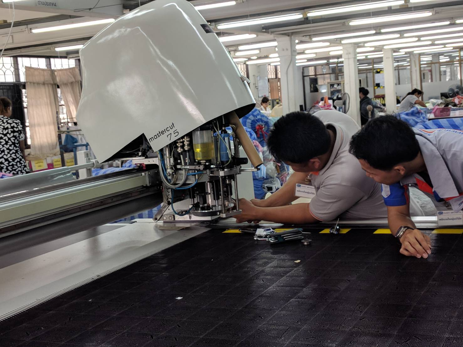 เก็บงานเครื่องตัดผ้าอัตโนมัติ ผู้กระกอบการกระเป๋าหนัง