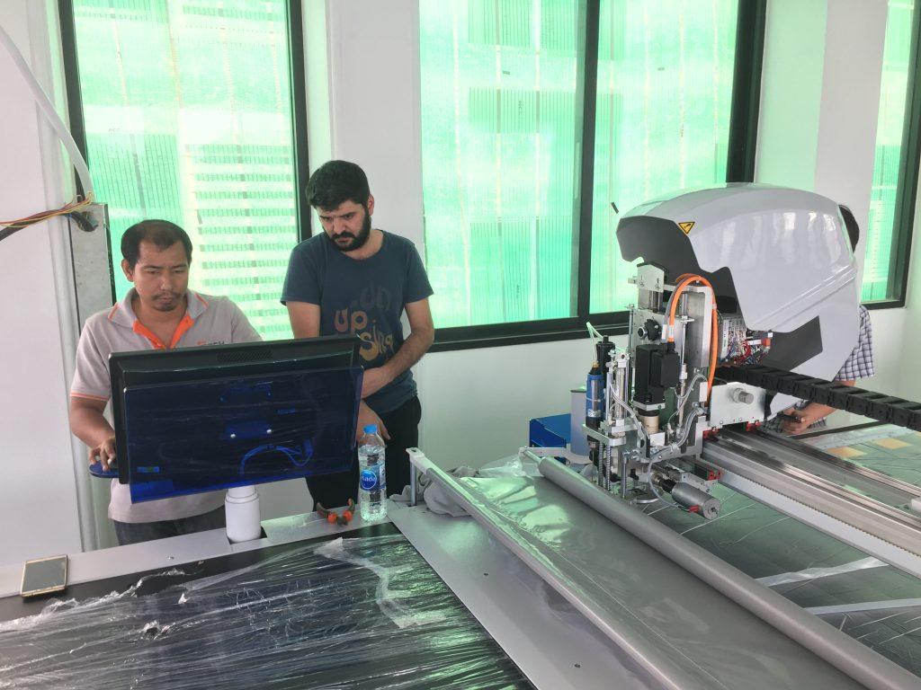เจ้าหน้าที่จากตุรกีร่วมติดตั้งเครื่องตัดผ้าอัตโนมัติ