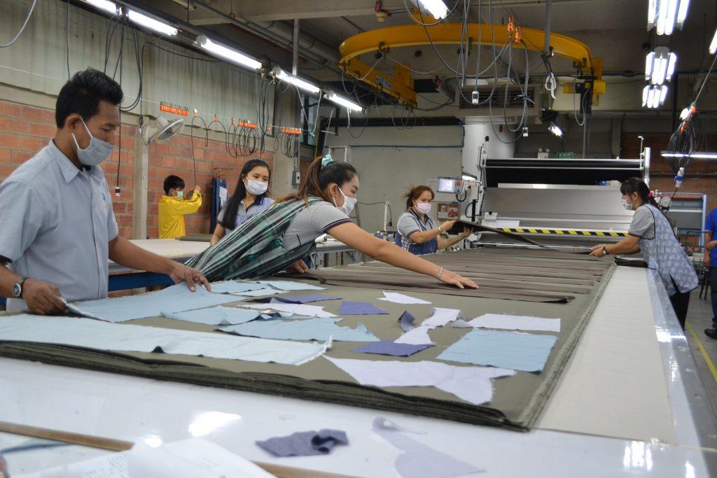 เครื่องปูผ้าอัตโนมัติผู้ประกอบการกางเกงยีนส์