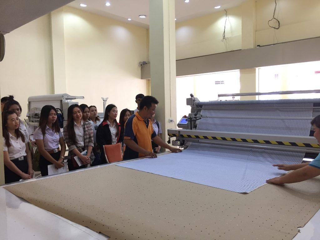 นักศึกษาดูงานเครื่องปูผ้าอัตโนมัติ