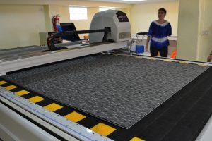 เครื่องตัดผ้าอัตโนมัติ ตัดพรมสีเทา
