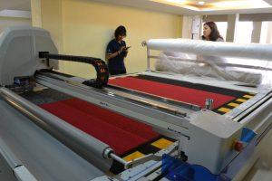 เครื่องตัดผ้าอัตโนมัติ ตัดพรมสีแดง