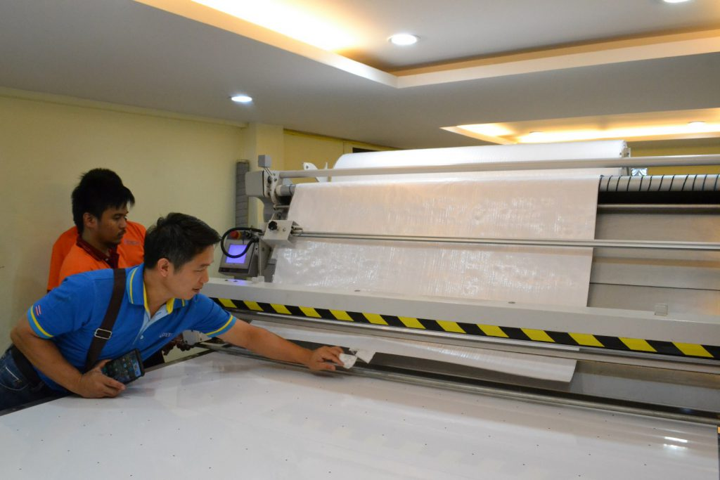 ผู้ประกอบการกระสอบดูงานเครื่องปูผ้าอัตโนมัติ